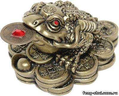 Трехлапая жаба с монеткой во рту